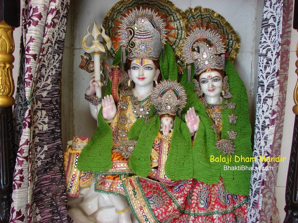 सोमवार को शिव की उपासना के रूप में सावन के सोमवार व्रत, तथा सावन के सोमवार की ही तरह मंगलवार को मंगला गौरी व्रत, माता पार्वती के गौरी रूप को समर्पित है।